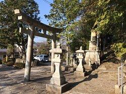神社の石段の右隅から鳥居方向を見ました。(撮りました)