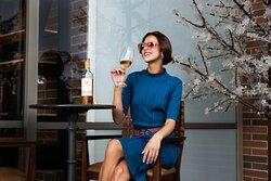 Mesas altas para disfrutar de vino o aperitivos.