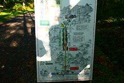 2kmの参道の中間地点にある随神門。