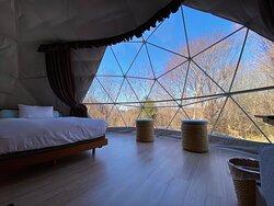 グランピングテント内は冷暖房完備、wi-fi設備も完備しています。