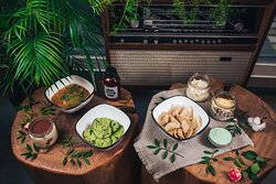 """Представляем весеннее меню - действительно с 1 марта по 1 июня:  - пельмени """"Я твой тунец"""" с тунцом и кальмаром,  - вареники """"Молодые зеленые"""" с сыром маскарпоне, творогом и шпинатом, - весенний овощной суп с чечевицей, бататом, морковью и фасолью, - салат """"Хрустящий"""" с фасолью, свежими и солеными огурцами, тертым сыром, бородинскими сухариками и домашним майонезом, - салат """"Я твой кальмар"""", - тирамису, - соус """"Зеленая сметана"""" - морс из черной смородины и апельсина."""