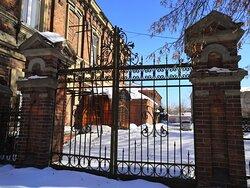 Сохранилась кованина решёток и ворот ансамбля больницы Куваевых