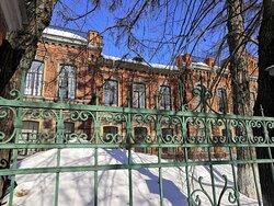 Сохранившаяся кованина ограды больницы