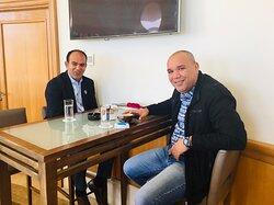 À gauche sur la photo Mr Abdelhafidh directeur des cuisines un homme extraordinaire, service impeccable merci à vous Mr Abdelhafidh vous nous avez procurer un séjour formidable