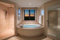 Corner St. Regis Suite – Bathtub
