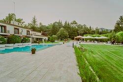 Zona de la piscina y acceso al restaurante