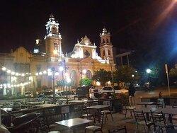 Foto sacada desde la plaza en la noche salteña