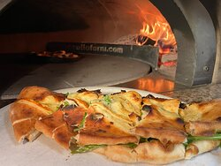 """Pizza """"Bufala"""" geklappte Pizza gefüllt mit Bufala, Rucola und oben drauf noch mit Grana ein Genuss ! Büffelmozzarella ist ein Italienisches Käseprodukt was aus Wasserbüffelmilch besteht."""
