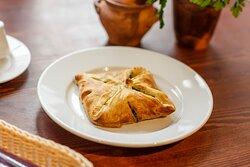 Пеновани - слоеный хачапури с начинкой из лосося и шпината.