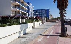 Frente a las viviendas y junto a la playa se encuentra el camino de ronda que une Cambrils con Salou y La pineda