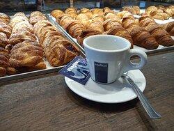 LA NOSTRA COLAZIONE : caffè (con le 3 C) + cornetto a 1€ !
