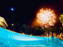 Spettacolare I fuochi artificiali a bordo piscina