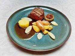 4-course traiteur dinner Michelin star Restaurant Vista, Willemstad, Holland, March 2021😋🥰🍴. Main course: Beef sirloin steak, salsify, oven potato, onion compote