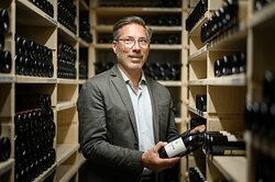 Aussergewönlich gut assortierter Weinkeller mit grossem Anteil an Schweizer Weinen