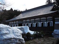 深い雪の中の立派な本堂