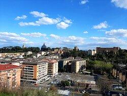 terrazza panoramica  meno conosciuta , da lassù si può ammirare buona parte della città , il  cupolone e i monti del Lazio sullo sfondo