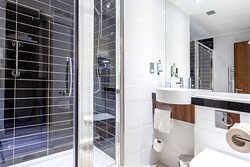 Standard Bathroom Holiday Inn Express Edinburgh Airport