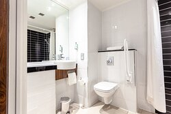 Accessible bathroom Holiday Inn Express Edinburgh Airport