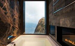 Penthouse Suite, Bathtube