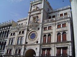 Klocktornet Torre dell' Orologio vid Markusplatsen i Venedig