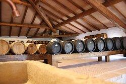 Una vista della nostra acetaia, situata nel sottotetto di una casa storica... il luogo ideale per l'invecchiamento in botti di legno pregiato.