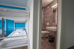 dortoir à 4 lits avec WC/douche