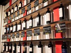 ワイン陳列棚が店内にあり、常時30種類以上のワインをご用意してます。