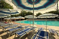 piscina, ombrelloni, lettini