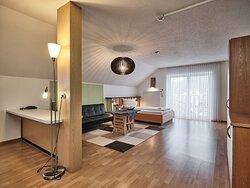 """Die Suite """"Oase"""" wurde im März 2018 frisch renoviert und umgestaltet.  Das zur Suite gehörende Doppelzimmer wurde ebenfalls renoviert. Beide Räume sind mit eigenem Smart-TV ausgestattet."""