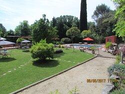 Le terrain de boules et le jardin de la Villa Chandra