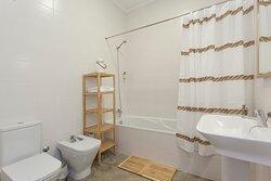 Casa de banho co  amenities, secador de cabelo e toalhas