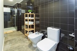 Casa de banho com oferta de amenities, secador de cabelo e toalhas