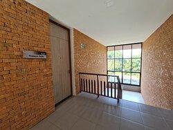 ด้านหน้าทางเข้าห้องพักแบบ ห้องสวีท สำหรับครอบครัว 1 ห้องนอน (One Bedroom Family Suite) ครับ