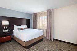 1 Bedroom Suite 1 Queen Conference Style