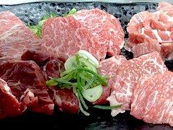 国産黒毛和牛の赤身三種盛。大衆焼肉からから亭箕面店は、独自ルートで調達した和牛をリーズナブルにご提供。