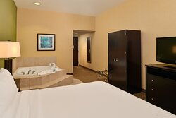 Sacramento Airport Holiday Inn Express Woodland Jacuzzi Suite