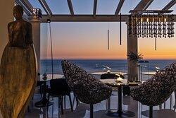 Li Galli RestaurantIn costiera Amalfitana c'è un luogo in cui l'azzurro del cielo incontra il blu del mare: Positano. Qui l'espressione più alta della cucina mediterranea rende indimenticabile l'esperienza del gusto.