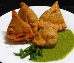 A traditional Punjabi Veg Samosa with a crispy, flaky pastry spiced with ajwain seeds, and a delicious stuffing of potatoes and peas. The perfect starter 👌