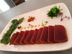 Tataki de atun rojo de almadraba con espinaca frita y emulsión de curry🤤🤤