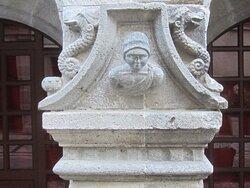 Maison Consulaire Renaissance du XVI ème Siècle. Vue 4. Jolies Têtes Sculptées sur Les 3 Piliers soutenant les Arches Brisées. Mur de Barrez 12600.