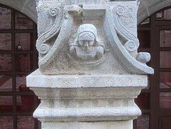 Maison Consulaire Renaissance du XVI ème Siècle. Vue 3. Jolies Têtes Sculptées sur Les 3 Piliers soutenant les Arches Brisées. Mur de Barrez 12600.