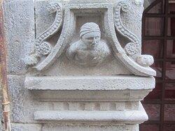 Maison Consulaire Renaissance du XVI ème Siècle. Vue 2. Jolies Têtes Sculptées sur Les 3 Piliers soutenant les Arches Brisées. Mur de Barrez 12600.
