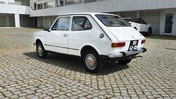 """O 127 foi é um ícone da industria automóvel. Foi um verdadeiro sucesso, e em Portugal foi o meio de transporte de muitas famílias. De todos os carros que disponibilizamos, este é sem dúvida o mais nostálgico. É um 127 da primeira série, de 2 portas """"mala curta"""" em estado completamente original."""
