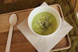 Une de nos soupes maison, poireaux courgettes, avec crème fraîche et emmental râpé si vous le désirez !