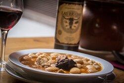 Fabada Asturiana receta casera con chorizo y morcilla asturianos, picada de jamón, tocino y panceta.