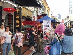 槟城德记除了是肉干专卖店,还是腊味专卖店,槟城买腊味的好去处,各式各样的腊味都是自家手工本地制作的顶级腊味。