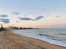 Moro nesse paraíso há 11 anos. Gostaria de envelhecer aqui. Uma praia de beleza exuberante e calma, com águas cristalinas e geladinhas.... Aqui nadamos com peixes e tartarugas centenárias e, buscamos cuidar do nosso paraíso recolhendo os lixos muitas vezes deixados pelos turistas. Quando visitar um lugar lindo como esse, lembre-se de cuidar do seu lixo, pensando que um dia você vai desejar voltar e precisa preservar... Nós agradecemos! :)