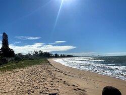 Moro nesse paraíso há 11 anos. Gostaria de envelhecer aqui. Uma praia de beleza exuberante e calma. Aqui nadamos com peixes e tartarugas centenárias e, buscamos cuidar do nosso paraíso recolhendo os lixos muitas vezes deixados pelos turistas. Quando visitar um lugar lindo como esse, lembre-se de cuidar do seu lixo, pensando que um dia você vai desejar voltar e precisa preservar... Nós agradecemos! :)