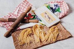 Pasta fresca cada día. Cortamos la anchura que prefieras al momento: spaghetti, tagliatelle, fettuccine, pappardelle