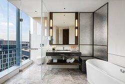 1 King Bed Standard Panaroma View NS Bathroom